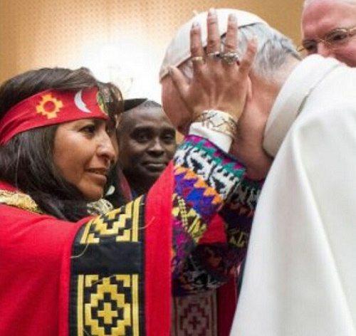 Bergoglio-blessed-by-Indian-witch-00